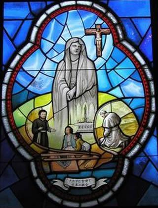 たたずむ聖母と日本の教会